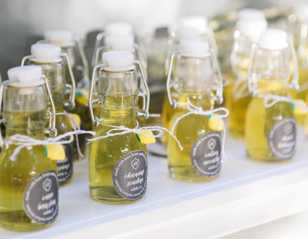 botellitas de limoncello casera como idea para regalo en boda